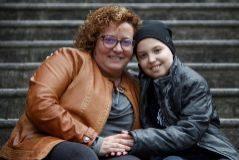 Noel, junto a su madre Sonia González.
