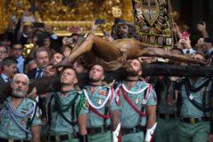 Legionarios, portando el Cristo de Mena este jueves en Málaga.