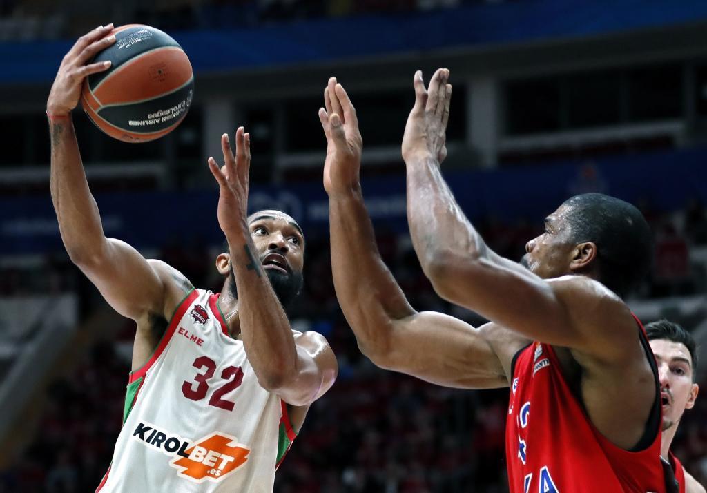 KOCH21. MOSCÚ (RUSIA).- El pívot estadounidense del CSKA Moscú Kyle Hines (d) disputa un balón con el alero estadounidense del <HIT>Baskonia</HIT> Darrun Hilliard (i) durante el partido entre ambos equipos, correspondiente a la Euroliga de baloncesto, este martes en Moscú (Rusia).