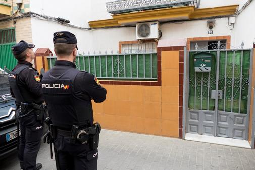 Dos policías custodian la entrada de la vivienda en la que reside en Sevilla el presunto yihadista.