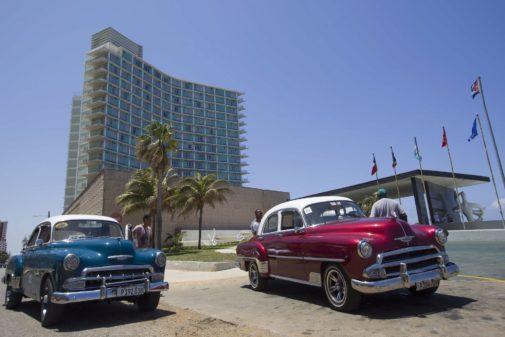 Dos coches frente al Hotel Riviera de La Habana.