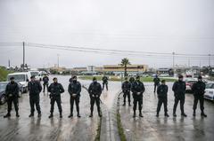 Policías vigilan, este miércoles, en la estación de suministro de combustible de Aveiras por la huelga de transportistas de combustible que afecta desde este lunes al país, en Azambuja, Portugal.