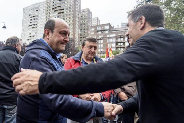 Ortuzar y Otegi se saludan antes de una manifestación a favor del 'procés' catalán.
