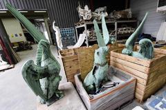 EPA2062. DORDOÑA (FRANCIA).- Fotografía que muestra varias estatuas retiradas del interior de la catedral de <HIT>Notre</HIT> <HIT>Dame</HIT> para su restauración, este miércoles en el departamento de Dordoña (Francia). Los bomberos destacaron que las vidrieras y los rosetones no sufrieron daños por el agua que se empleó en los trabajos de extinción, pero reconocieron que aún existe la posibilidad de que se caigan. Además, aseguró que el conjunto de los cuadros en las capillas laterales se encuentra en buen estado, así como todo el llamado Tesoro de <HIT>Notre</HIT> <HIT>Dame</HIT>, que pudo ser evacuado a tiempo.