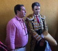 El empresario José María Garzón posa con José Tomás en Algeciras en 2018