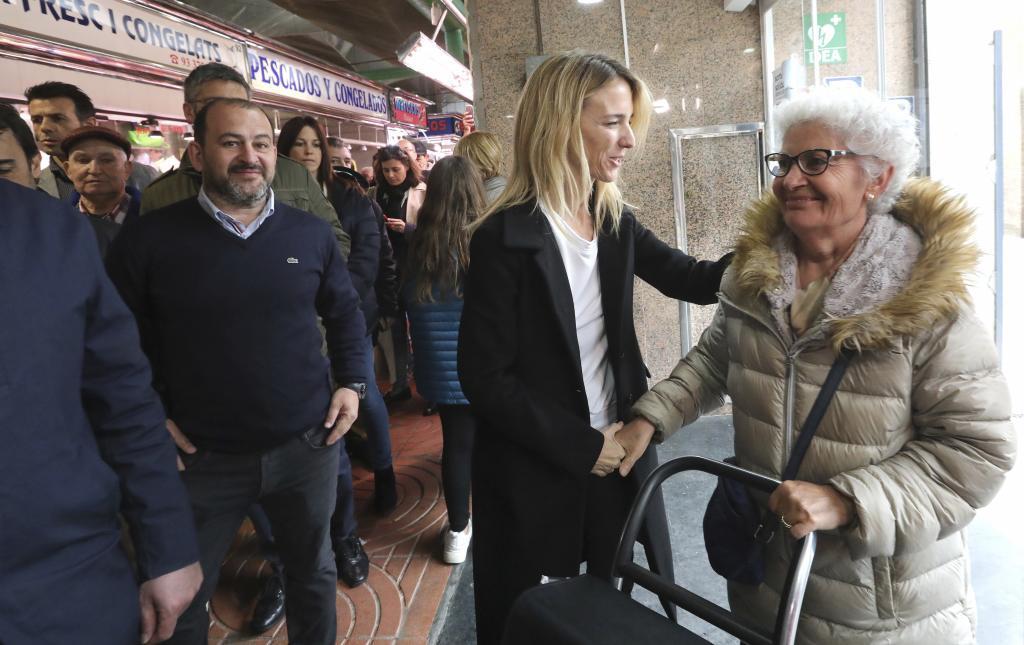 Cayetana Álvarez de Toledo saluda a una mujer en el Mercado de San...