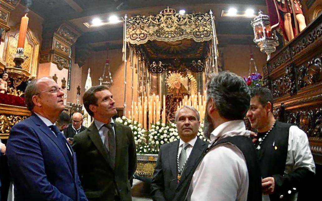 Pablo Casado, junto a José Antonio Monago, delante de un paso de la...
