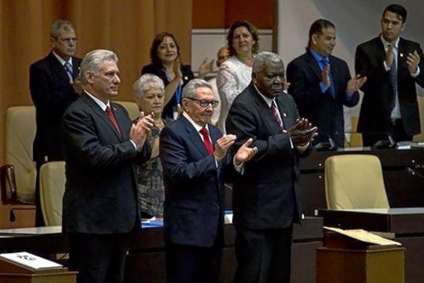 De izquierda a derecha, Miguel Díaz-Canel, Raúl Castro y el presidente del Parlamento, Esteban Lazo.