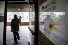 Un desempleado accede a una oficina de Lanbide en Vitoria.