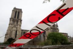 Barrera de Policía en torno a la catedral de Notre Dame, en París, el pasado martes.