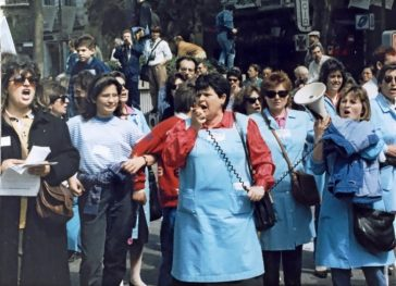 Tania dirigiéndose a sus compañeras durante las movilizaciones.