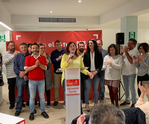 Francina Armengol, ayer en Formentera, junto a Raquel Guasch, primera por la derecha.