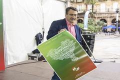 Esteban con el cartel anunciador del Aberri Eguna del PNV.
