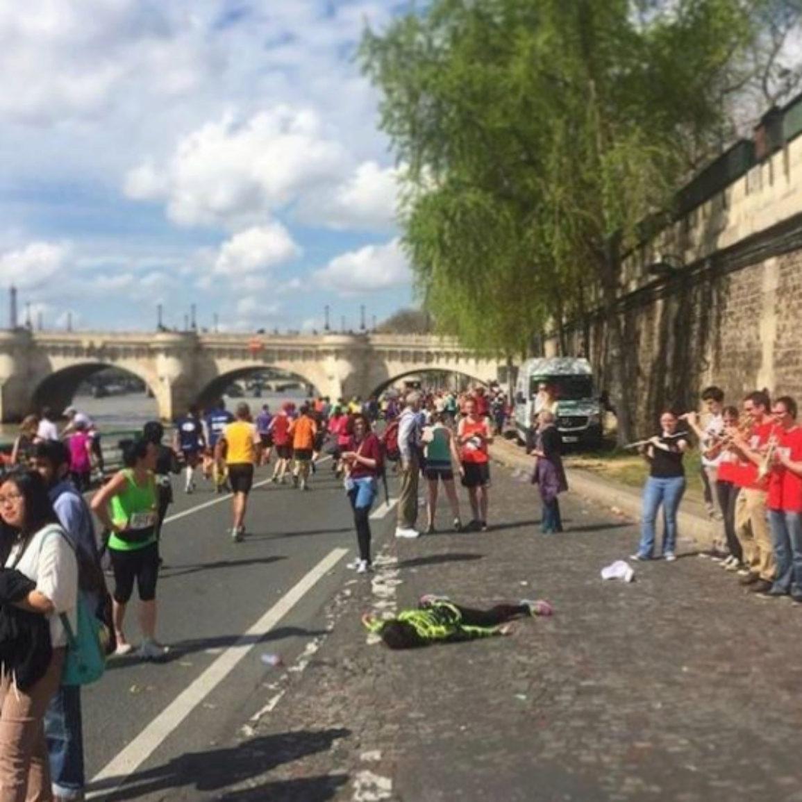 'Stef muere en la Maratón de París'. Junto al río Sena, París.