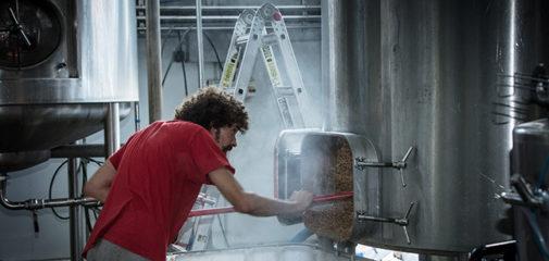 Un trabajador de la fábrica de cerveza artesana Dougalls en Liérganes, Cantabria.