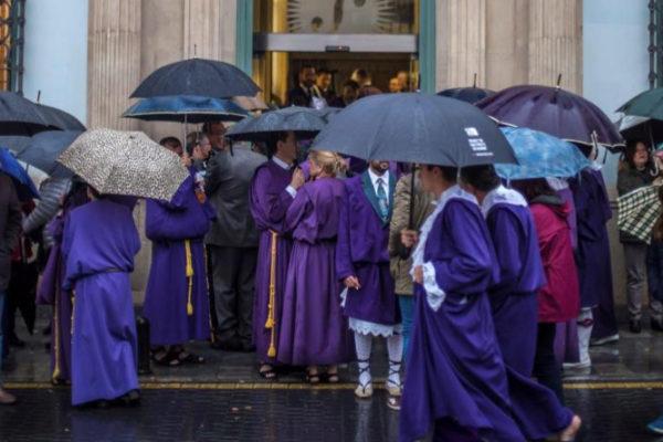 Nazarenos a las puertas de la iglesia de Nuestro Padre Jesús, en Murcia.