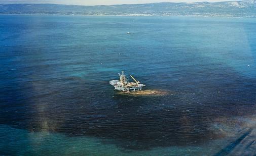 Vista aérea de la plataforma petrolífera de Santa Bárbara durante el accidente del año 1969.