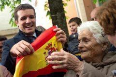 Pablo Casado saluda a un grupo de personas antes de intervenir en Pamplona.