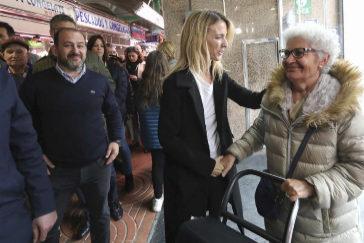 Cayetana Álvarez de Toledo saluda a una mujer en el Mercado de San Ildefonso de Cornellá.