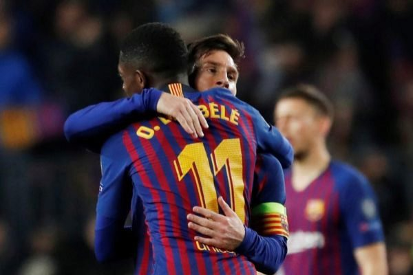 Dembélé abraza a Messi, contra el United en el Camp Nou.