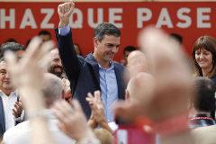 Pedro Sánchez saluda a sus simpatizantes en San Sebastián.