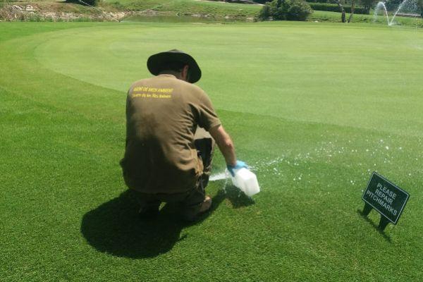 Un inspector en un campo de golf.