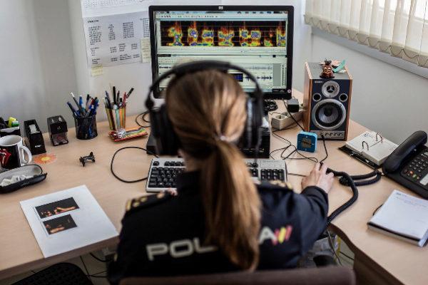 La responsable del Grupo de Identificación de Voz de la Policía...