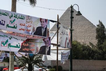 Pancartas a favor de la reforma constitucional frente a las Pirámides de Giza