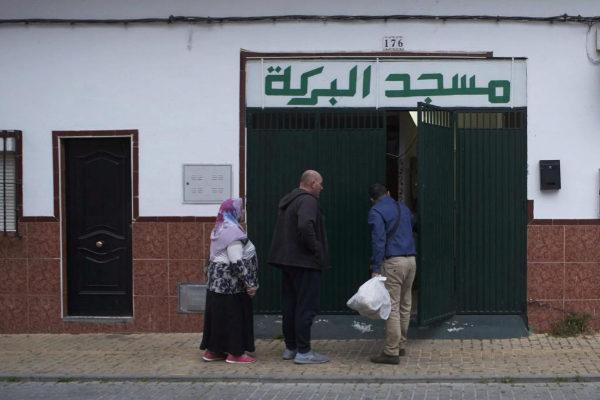Un grupo de personas entrando en la mezquita del barrio sevillano donde vivía el presunto yihadista.
