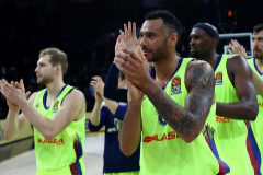 SDT01. Istanbul (Turkey).- <HIT>Barcelona</HIT>'s players cheers their fans after the Euroleague play off basketball match between Anadolu <HIT>Efes</HIT> and <HIT>Barcelona</HIT> in Istanbul, Turkey 19 April 2019. (Baloncesto, Euroliga, Turquía, Estanbul) EPA/