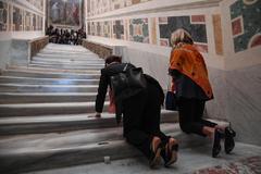 ROM04. <HIT>ROMA</HIT> (ITALIA).- Dos mujeres asisten a la apertura extraordinaria de la Escalera Santa, este jueves en la Bas�lica de San Juan de <HIT>Letr�n</HIT>, <HIT>Roma</HIT> (Italia). El Vaticano descubri� hoy por primera vez en trescientos a�os la conocida como Escalera Santa, por la que seg�n la tradici�n subi� Jes�s de Nazaret para ser juzgado.