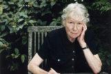 Penelope Fitzgerald posando en su casa de Londres (2000).