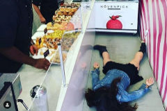 'Stef muere en la donutería'. Dum Dum Doughnuts.