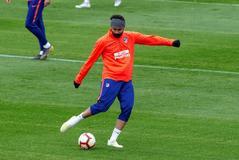 Diego Costa golpea al bal�n durante el �ltimo entrenamiento.