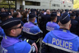 Polic�as frente a una comisar�a de Montpellier para rendir tributo a sus compa�eros.