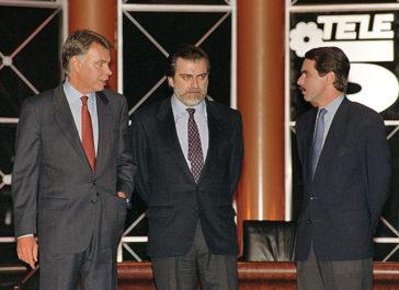 El periodista Luis Mari�as entre Felipe Gonz�lez y Jos� Mar�a Aznar, antes del debate de Telecinco de mayo de 1993.