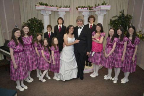 Louise y David con sus 13 hijos en una de sus bodas en Las Vegas, donde los casó un 'Elvis'.