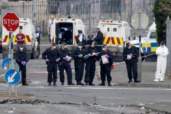 La Policía inspecciona el lugar en el que murió la periodista en Derry.
