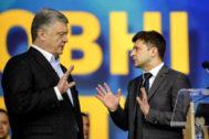 El presidente ucraniano Petro Poroshenko habla con el candidato Volodymyr Zelensky durante el debate electoral.