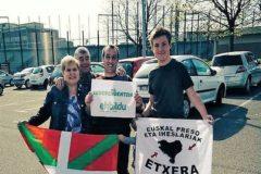 Plá, con sus familiares, sostiene un cartel de EH Bildu.