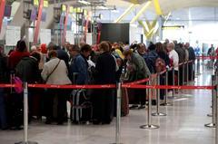 Colas este miércoles en el aeropuerto de Barajas, coincidiendo con el inicio de las vacaciones de Semana Santa.