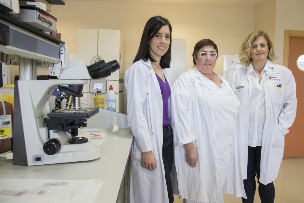 De izquierda a derecha, Rosa Martín,  Nieves de Gonzalo y Marta Aparicio, del departamento de Farmacia del Hospital General Universitario de Elche.
