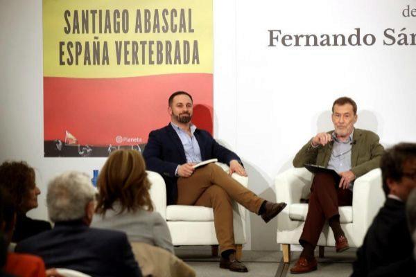Santiago Abascal y Fernando Sánchez Dragó, durante la presentación...