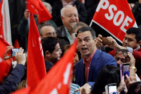 Pedro Sánchez, a su llegada al mitin del PSOE en Alicante.