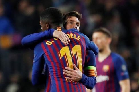 Demb�l� abraza a Messi, contra el United en el Camp Nou.
