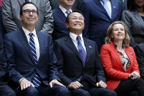 El secretario del Tesoro de EEUU, Steven Mnuchin, el ministro de Finanzas japonés, Taro Also, y Nadia Calviño, la semana pasada en Washington, en el foro del FMI.