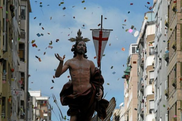 La imagen del Cristo Resucitado durante la procesión del Domingo de Resurección en Elche.