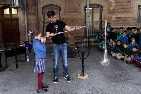 El maestro Diego Rodríguez enseña su arte a una niña.