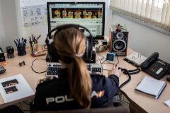 La responsable del Grupo de Identificación de Voz de la Policía Nacional analiza el sonograma de la voz de un sospechoso.