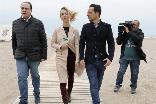 La cabeza de lista del PP al Congreso por Barcelona en Castelldefels acompañada del candidato municipal Manu Reyes y el presidente provincial del PP Daniel Serrano